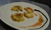Saquiños de rulo e xamón, con cebola caramelizada e marmelada de tomate