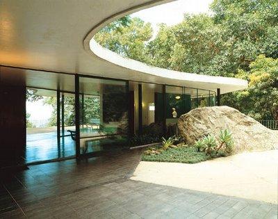 La Roca penetra en la vivienda, formando un todo único
