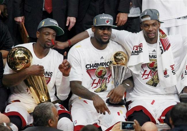 Wade, James e Bosh posan co título de campións NBA e MVP das finais