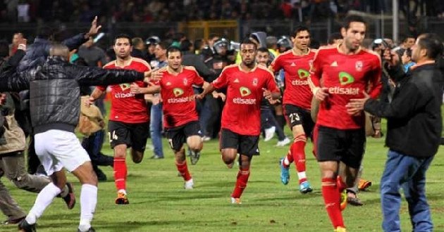 Os xogadores do Al Ahly desprázanse á carreira cara o túnel de vestiarios