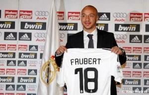 Julien Faubert, fichaxe estrela invernal do Real Madrid. Resultado: 2 partidos, 30 minutos e unhas pipas comidas no banquiño.
