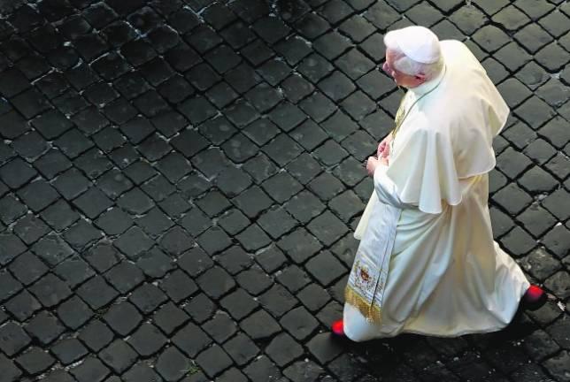 Bieito XVI camiña en soidade, nunha metáfora do que ten sido o seu papado / ABC