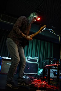 Pau enchufa a súa guitarra a dous amplis ©Sara Yáñez