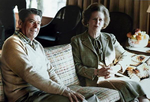 Ronald e Margaret tomándolle unhas