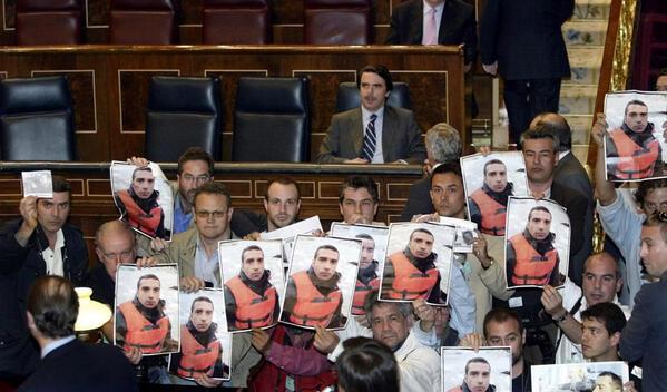 Periodistas se manifiestan frente al presidente Aznar en el Congreso el día después del asesinato de Couso
