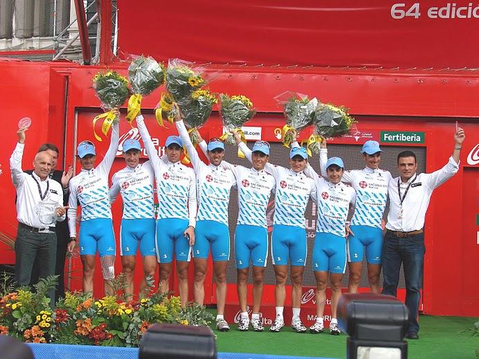 O Xacobeo-Galicia tras gañar a a clasificación por equipos da Volta a España no ano 2009