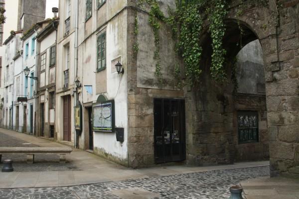Na praza de Mazarelos, tamén chamada da Universidade, atópase o único arco que queda da muralla que rodeaba Santiago na época en que se edificou a primitiva catedral románica, alá polo século XI. ©Sara Yáñez