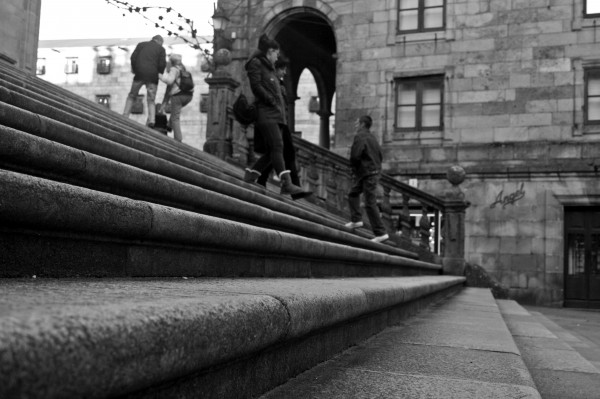 As escalinatas son culpables das numerosas apostas contra inocentes foráneos que cren que darán subido de dous en dous os chanzos que conducen á Torre do Reloxo. Chamémoslle a isto tradición. ©Sara Yáñez