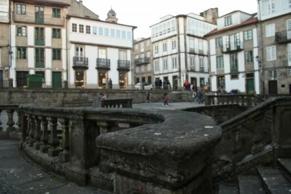 A igrexa de San Martiño Pinario data de 1652 e ábrese á praza que leva o mesmo nome. As escaleiras de liñas curvas e varios niveis fan as delicias da imaxinación duns nenos que continúan baixando a xogar ás prazas. ©Sara Yáñez