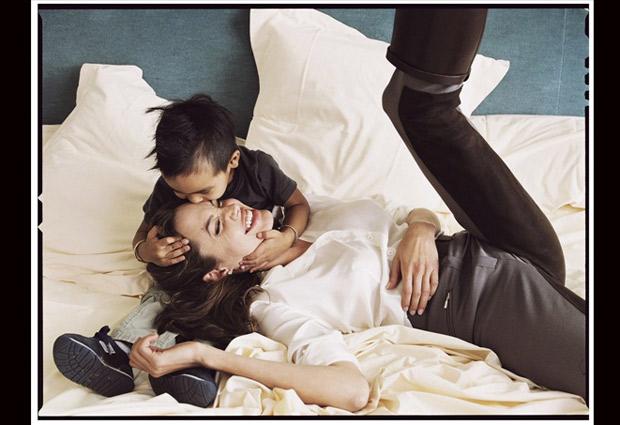 Angelina Jolie años después de la foto anterior posa con uno de sus hijos. Una muestra de la capacidad de Annie para mostrar a una misma persona con dos escenas totalmente diferentes. © Annie Leibovitz