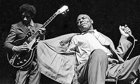 Sumlin, influencia recoñecida en guitarristas coma Hendrix ou Clapton, xunto a Wolf no escenario. Fonte: The Guardian