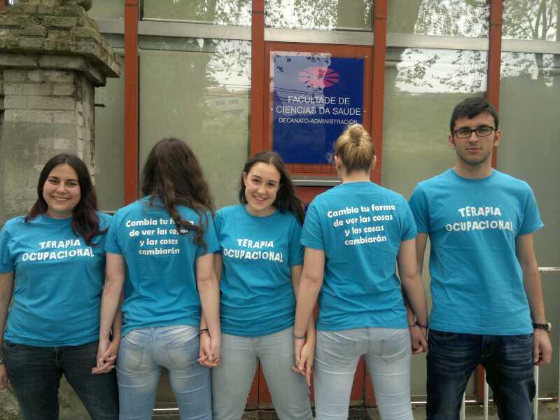 """Alumnos de Terapia Ocupacional lucen orgullosos el lema de su camiseta: """"Cambia tu forma de ver las cosas y las cosas cambiarán"""""""