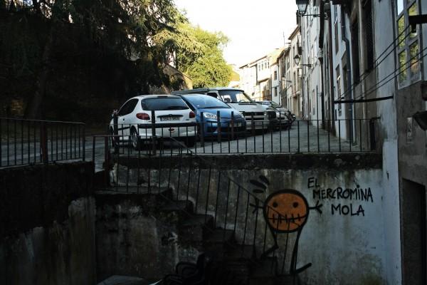 A terraza do Mercromina RockBar ábrese á rúa do Medio. Facédelle caso ó monicreque. Este local, onde os concertos se beben, mola. | ©Sara Yáñez