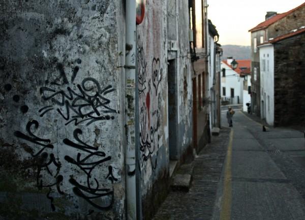 Se subimos pola costa de San Domingos atoparémonos coa vangarda do Centro Galego de Arte Contemporánea, CGAC, deseñado polo benquerido arquitecto portugués Álvaro Siza. Moi preto, as antigas dependencias monásticas da Igrexa de Santo Domingo de Bonaval (s. XIII) acollen hoxe o Museo do Pobo Galego, continente da mellor colección dedicada á cultura tradicional galega.| ©Sara Yáñez