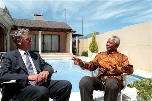 Mandela lembra vellos tempos en Victor Verster co seu chef, Jack Swart.