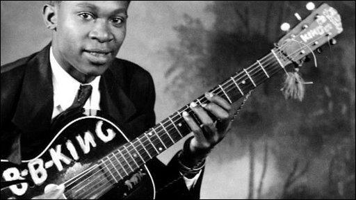 Un joven B.B. King posa para la cámara con su guitarra / news.bbc.co.uk