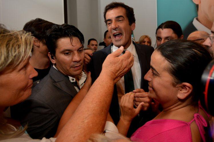 Rui Moreira, candidato independente, celebrando a vitoria no Porto cos seus simpatizantes.Fonte: publico.pt