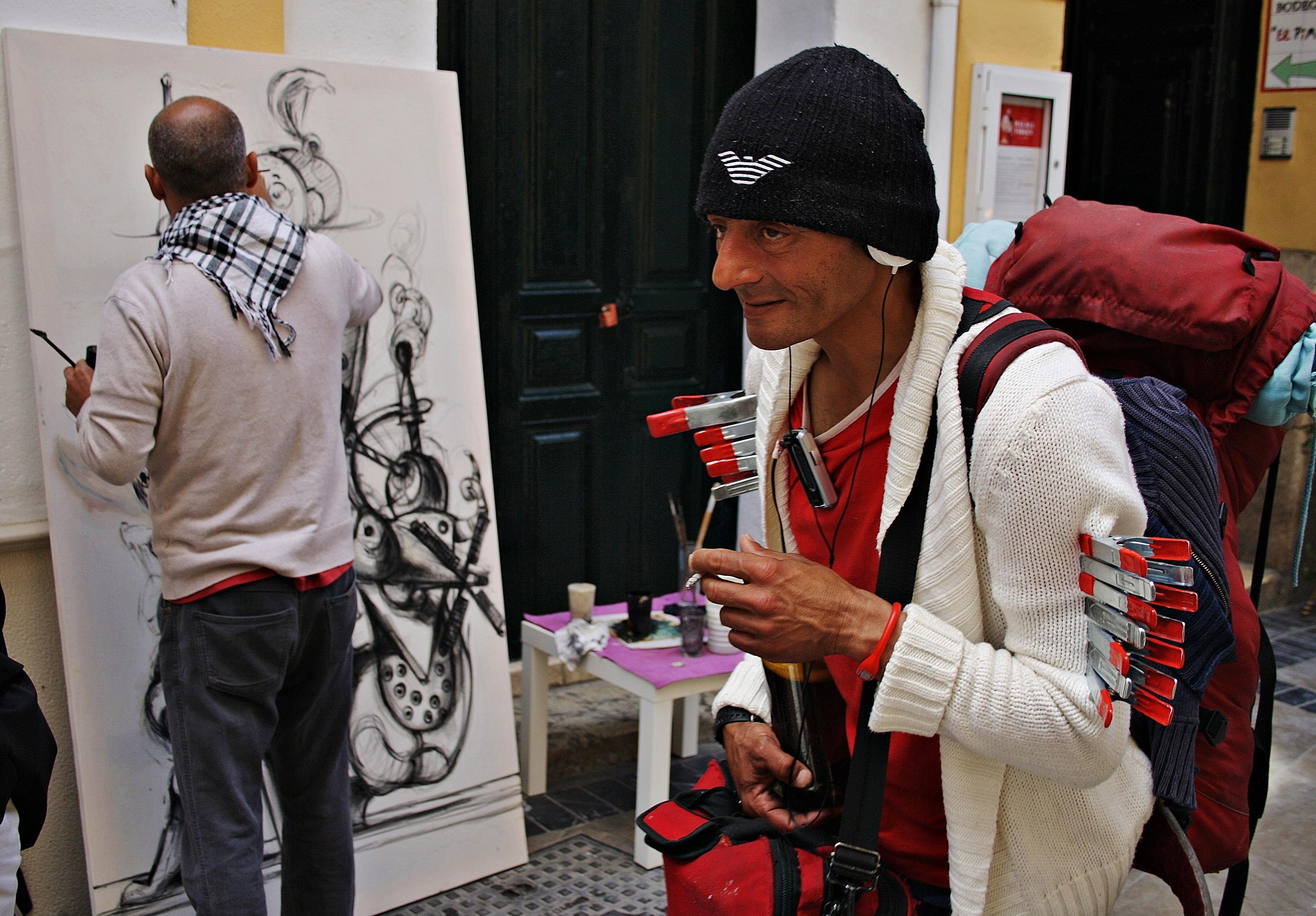 La calle donde se ubica la galería tiene un algo especial dentro del centro histórico de Málaga. Su color y su olfato son un reclamo para el continuo trasegar de personajes | ©Sara Yáñez