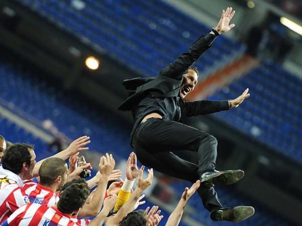 Jugadores del Atlético de Madrid manteando a Simeone tras vencer en la Copa del Rey | Vía deportes.terra.es