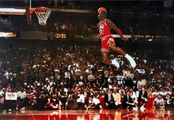 Michael Jordan realiza su célebre salto desde la línea | Fuente: wikimedia.org