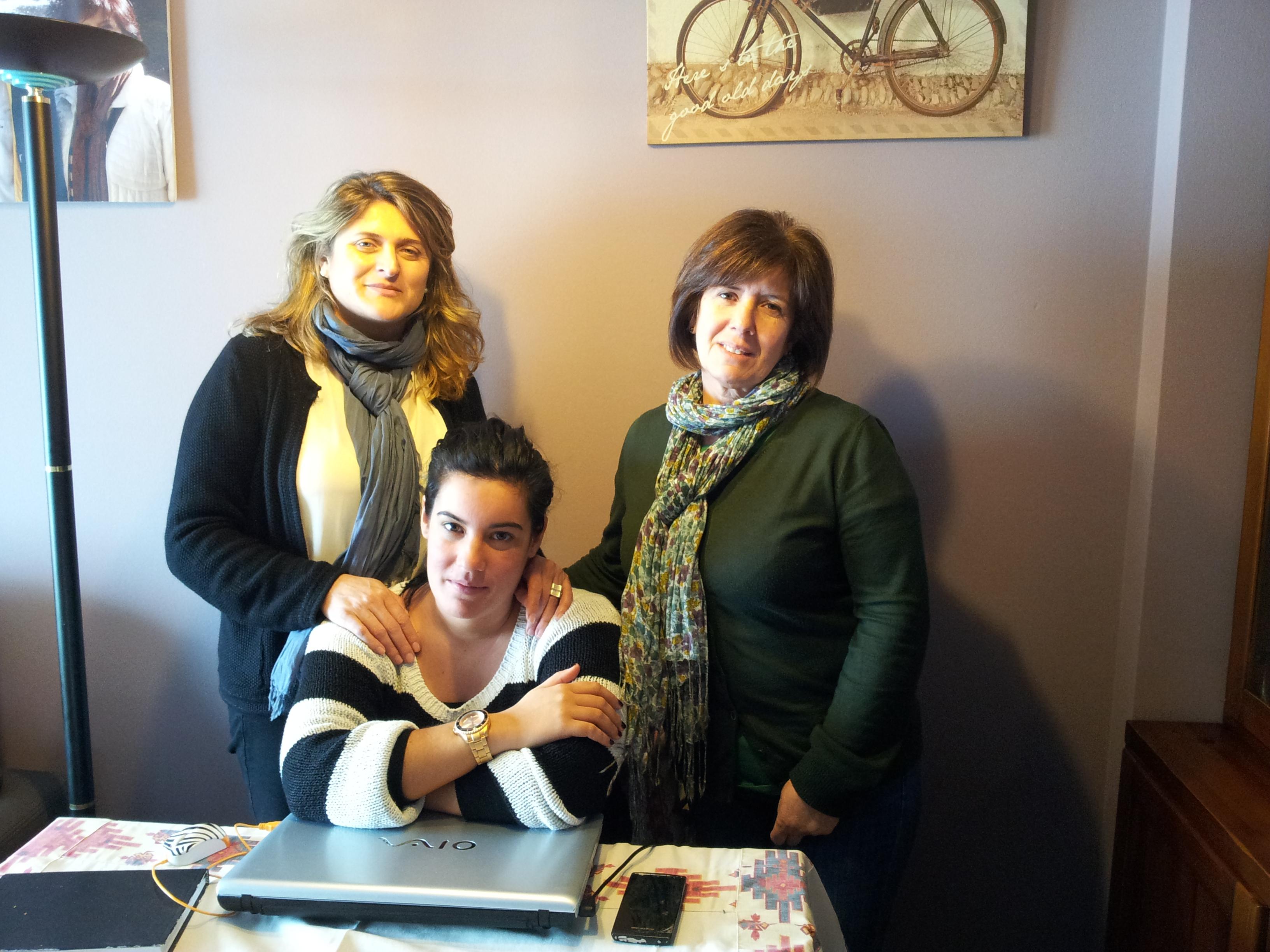 De esquerda á dereita, María, Mercedes e Tamara tras unha das súas reunións..