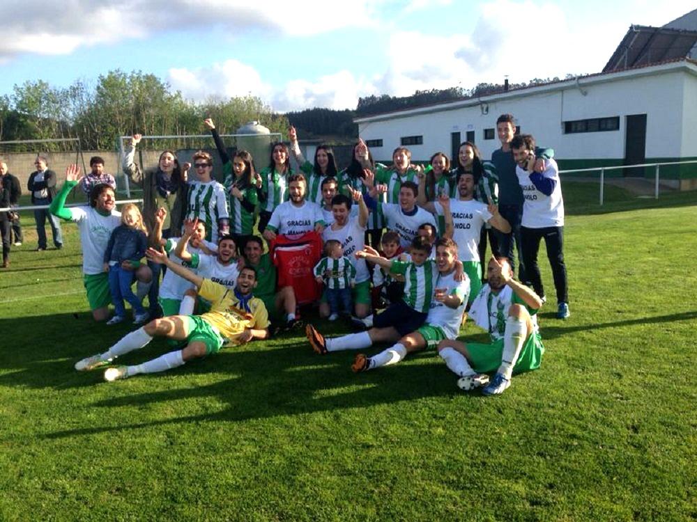 Jugadores y familiares celebrando el título de Liga | ©J. Pico