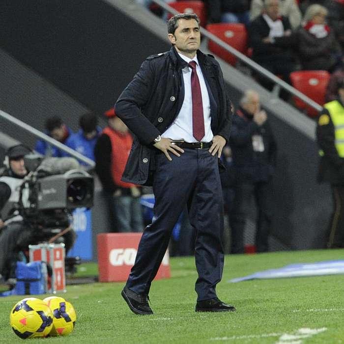 Ernesto Valverde en la banda de San Mamés observando a su equipo (Foto: miathletic.com)