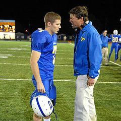 Eric Taylor (Kyle Chandler) y Matt Saracen (Zach Gilford) en una escena durante un partido.