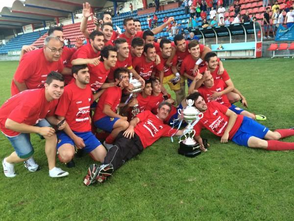 El Ourense B con el trofeo de campeones de la Copa Diputación. Foto: CD Ourense