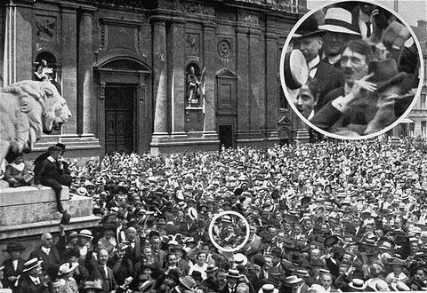 Anuncio de la guerra en Munich, 1914. ¿Alguien reconoce a este sujeto?