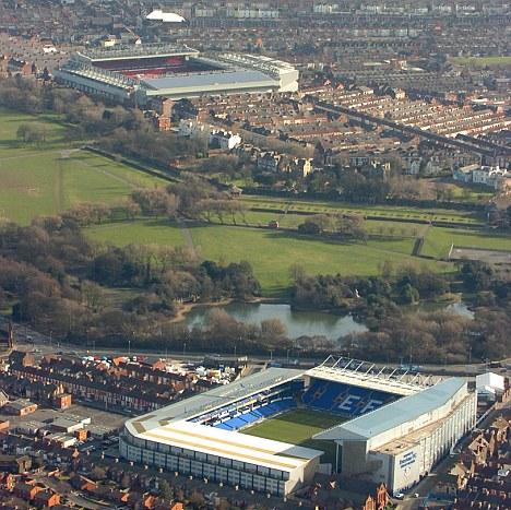 Goodison Park (primer plano) y Anfield (al fondo), estadios de Everton y Liverpool.