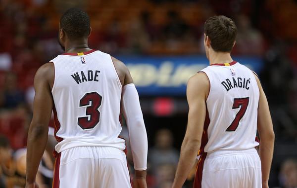 Wade y Dragic conforman una línea exterior de lujo para Miami. | Fuente: Mike Ehrmann, Getty Images.
