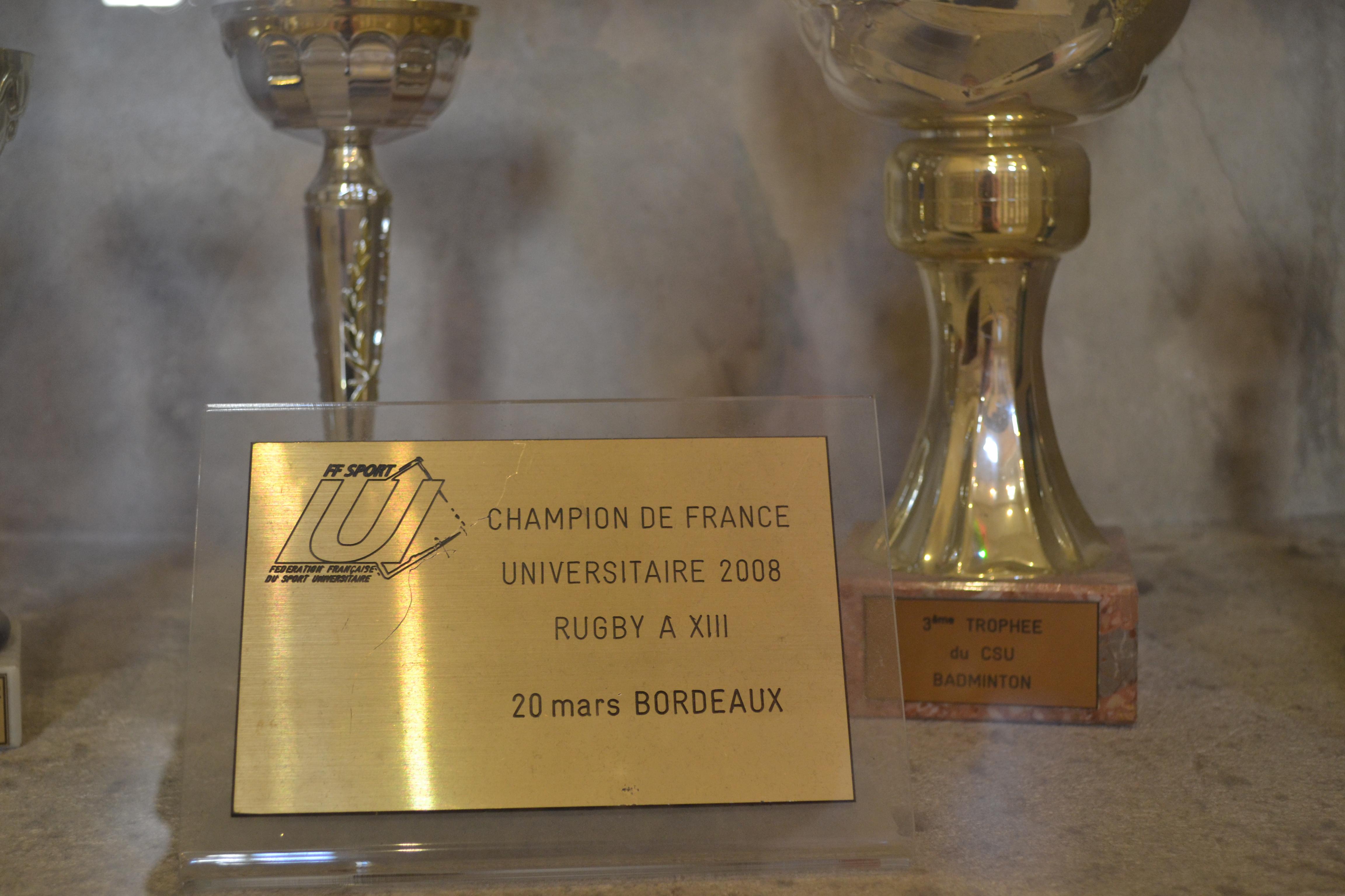 Los trofeos se exhiben por los pasillos de la universidad | ©Andrea Oca