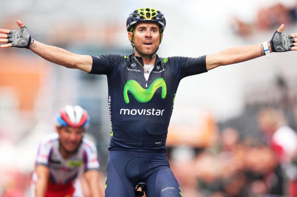 Alejandro Valverde levanta los brazos tras ganar en Lieja - ©La Vanguardia