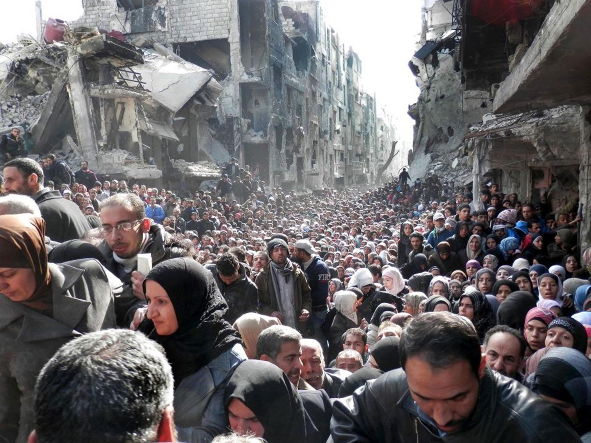 Refugiados palestinos atrapados en el campo de refugiados de Yarmouk, en Damasco (Siria) | Fuente: Associated Press