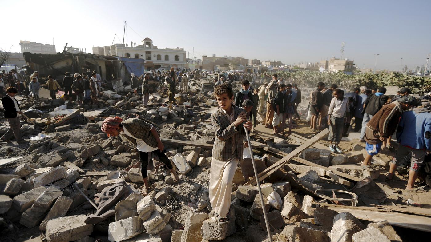 Escombros tras un atentado el pasado mes de febrero en un aeropuerto en Yemen | Fuente: Khalled Abdullah, Associated Press