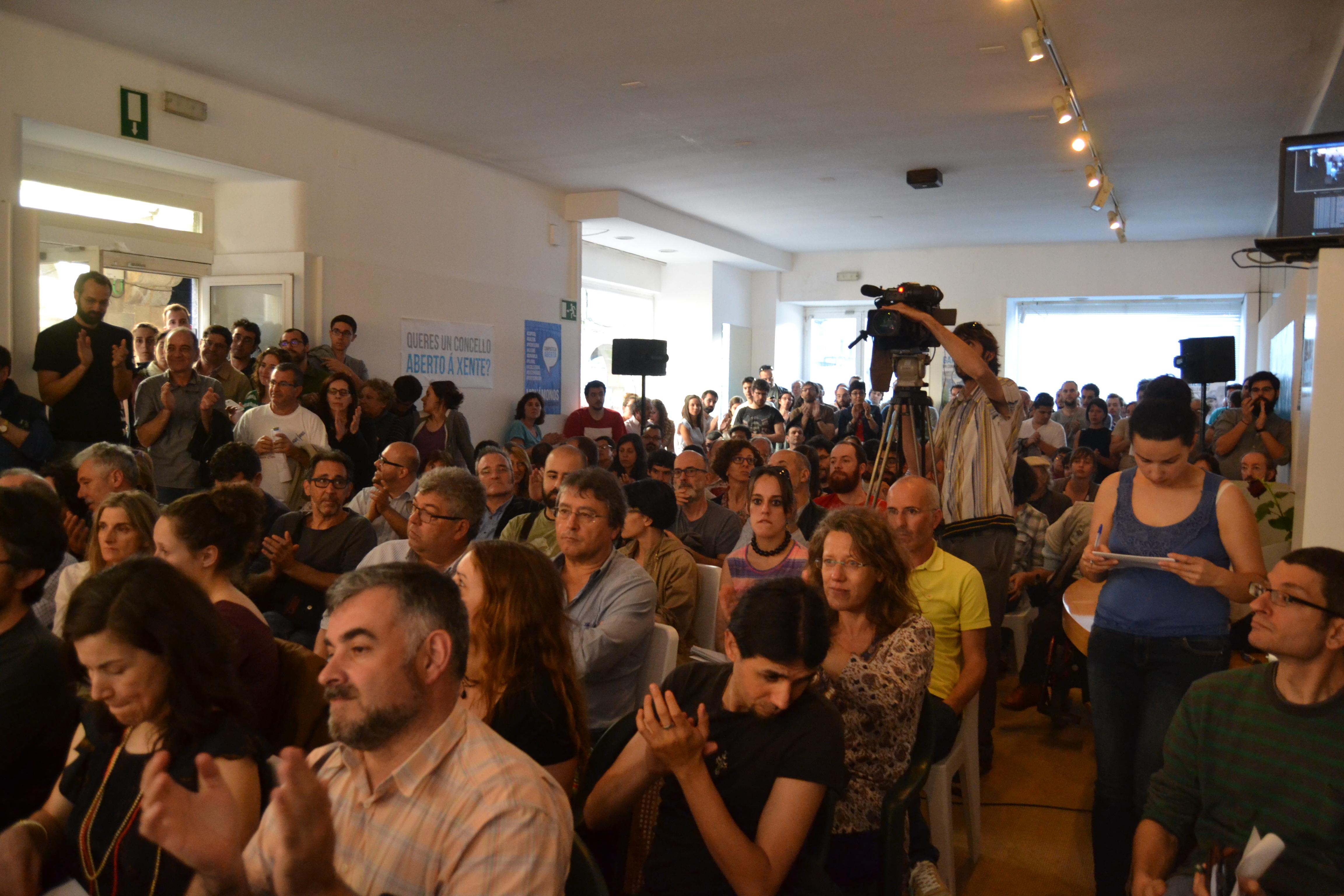 O local de Compostela Aberta na Praza do Toural  quedouse pequeno nesta primeira asemblea tralas eleccións |©Carlos Rey
