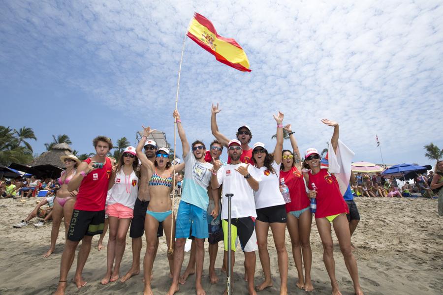 Parte del equipo español animando a Iballa a pie de playa  Ⓒ ISA