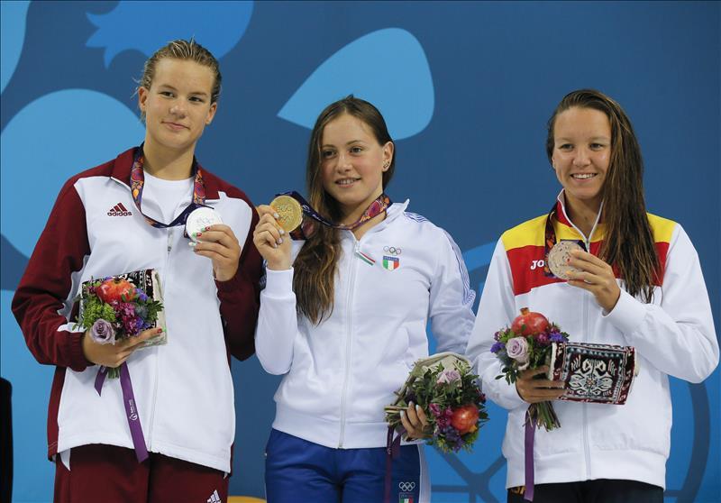 La nadadora Marina Castro en el podium tras recibir su segunda medalla de bronce en Bakú   © Euro Sport