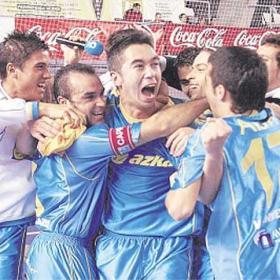 Varios jugadores del Azkar, celebrando la Recopa conseguida en 2005 | Más Deporte