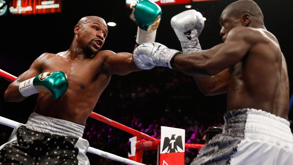 Floyd Mayweather en su pelea contra André Berto. Imagen sacada de nbcdeporte.com