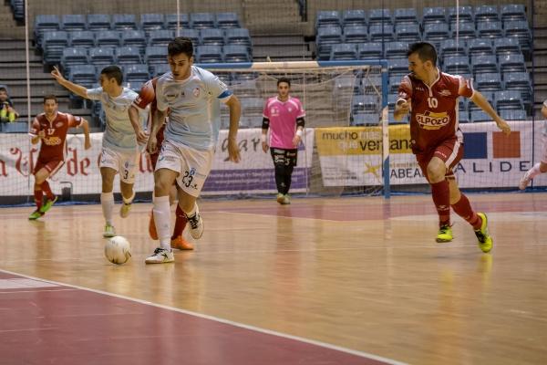 El pichichi de Liga, Diego Quintela, conduciendo el balon ante El Pozo esta temporada | ©Santiagofutsal.com