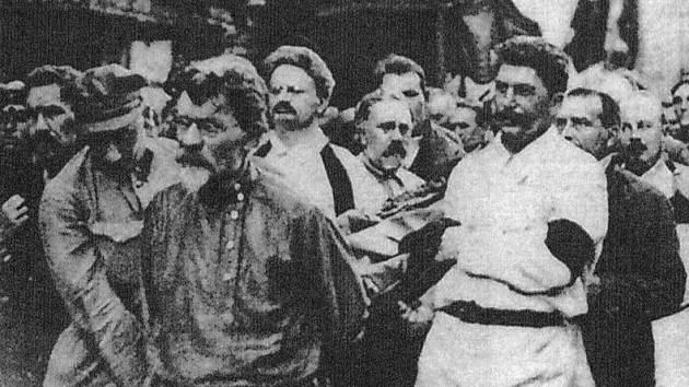 Trotski (c) e Stalin (d) levan o cadaleito de Félix Dzerzhinski, creador da KGB
