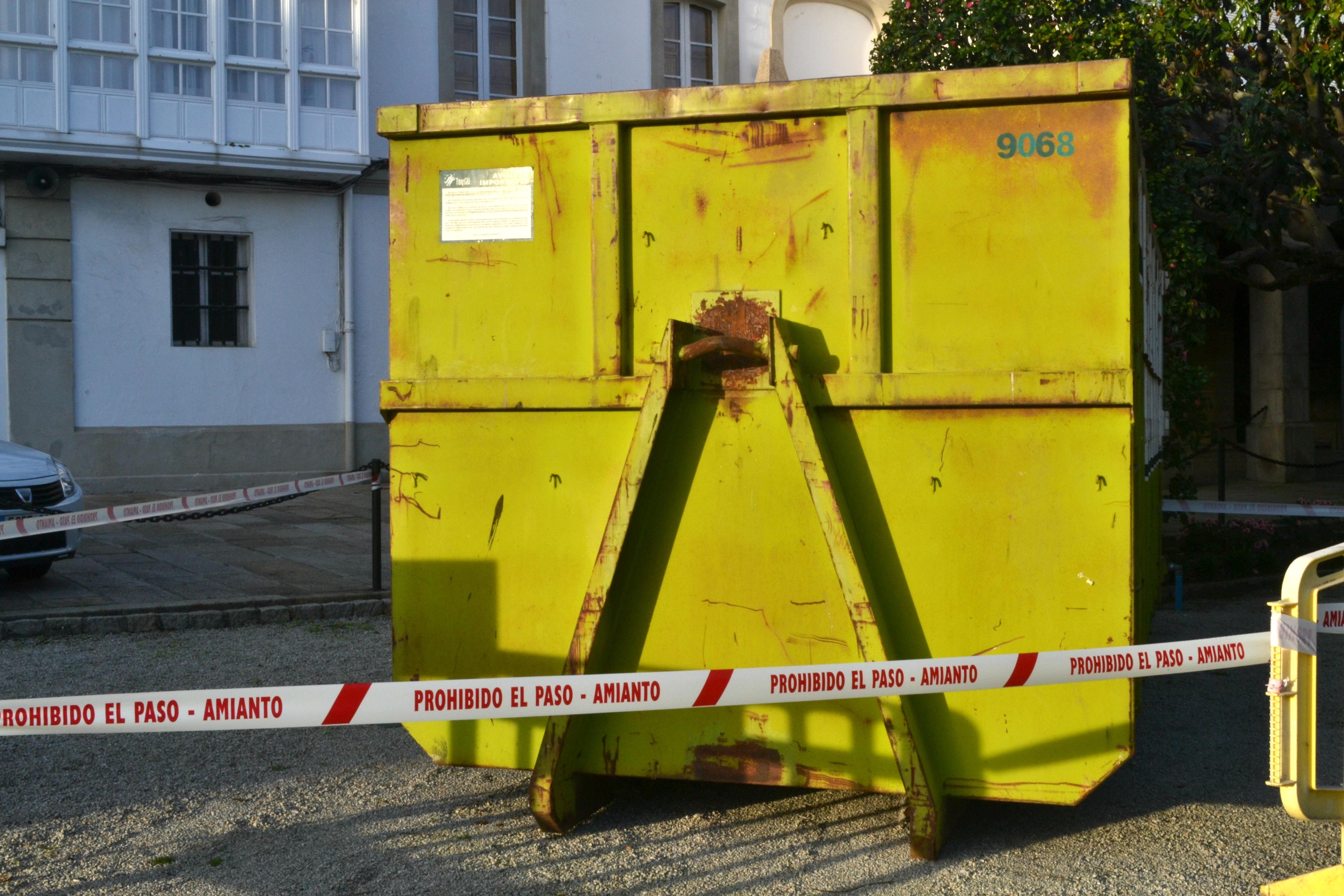 Contenedor con una banda de prohibición por amianto situado al lado del puerto de Ferrol | ©Andrea Oca