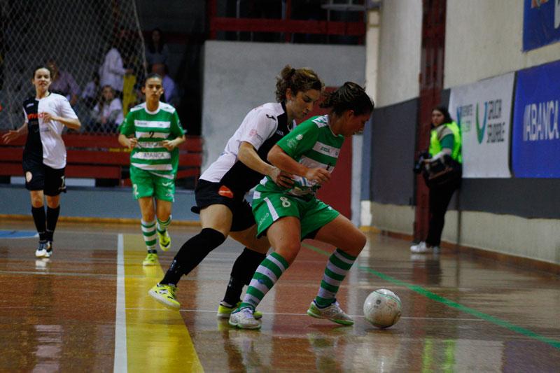 María Arias y Andrea pelean por un balón durante la final | © Iván Dacal