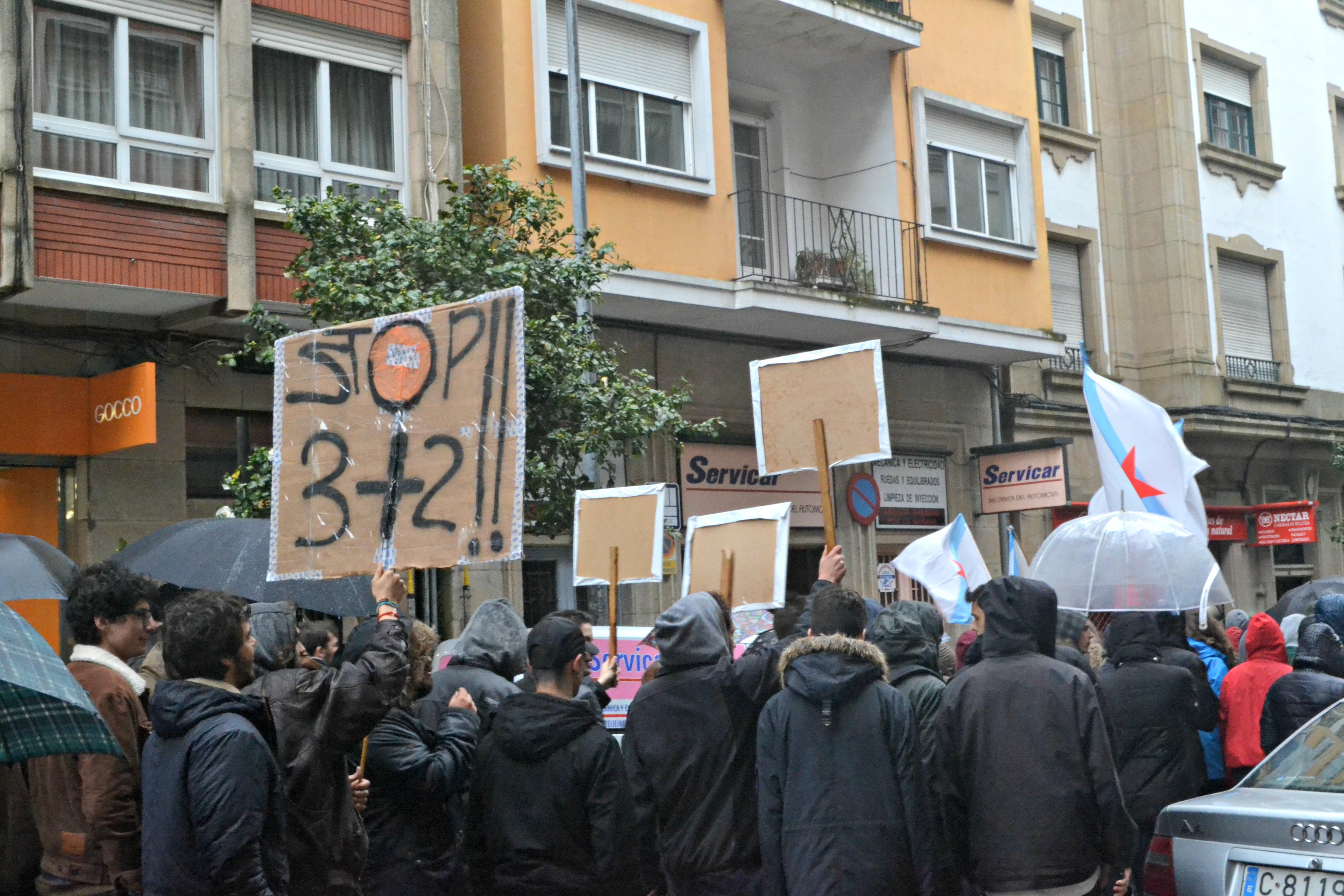 O cartel do 3+2 fai referencia á reforma que pretende reducir os graos a tres anos, aos que se lle sumarían dous de máster | ©Andrea Oca