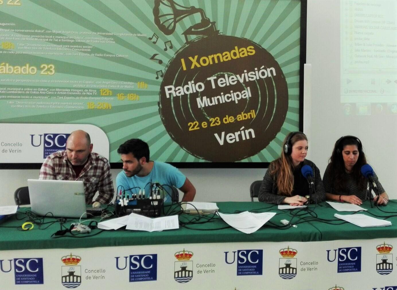 Na imaxe, Toni España xunto a tres estudantes de Xornalismo da USC| ©Paula Martínez Graña