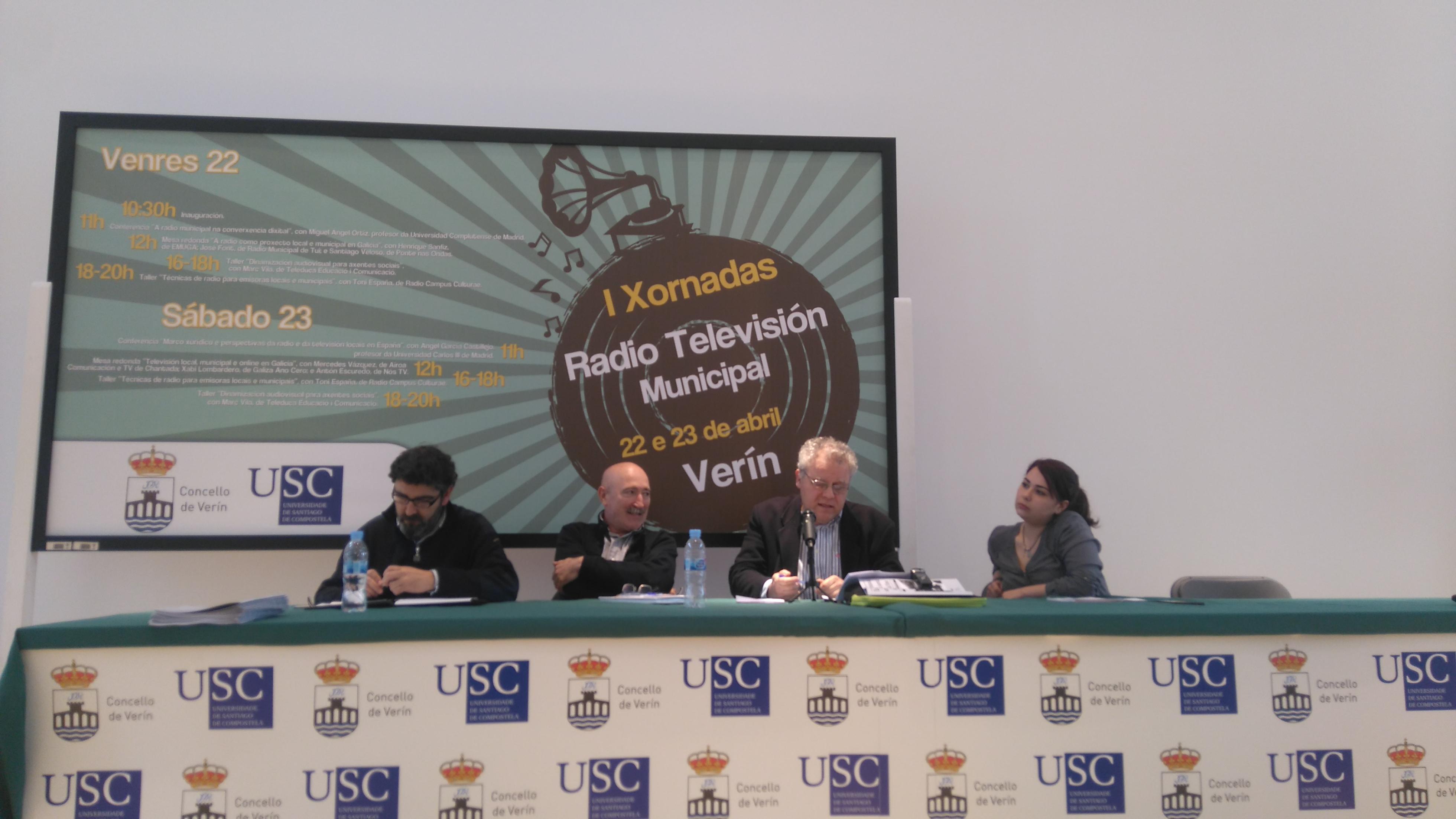 De esquerda a dereita: José Font, Santi Veloso (de Ponte nas ondas) e Henrique Sanfiz (EMUGA e Radio Fene) e Nagore Fernández (moderadora da mesa)| © María Losada