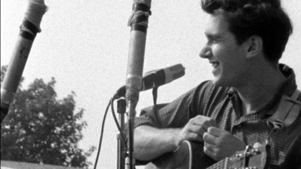 Phil Ochs durante una actuación en el Newport Folk Festival de 1963 | @The Estate of David Gahr