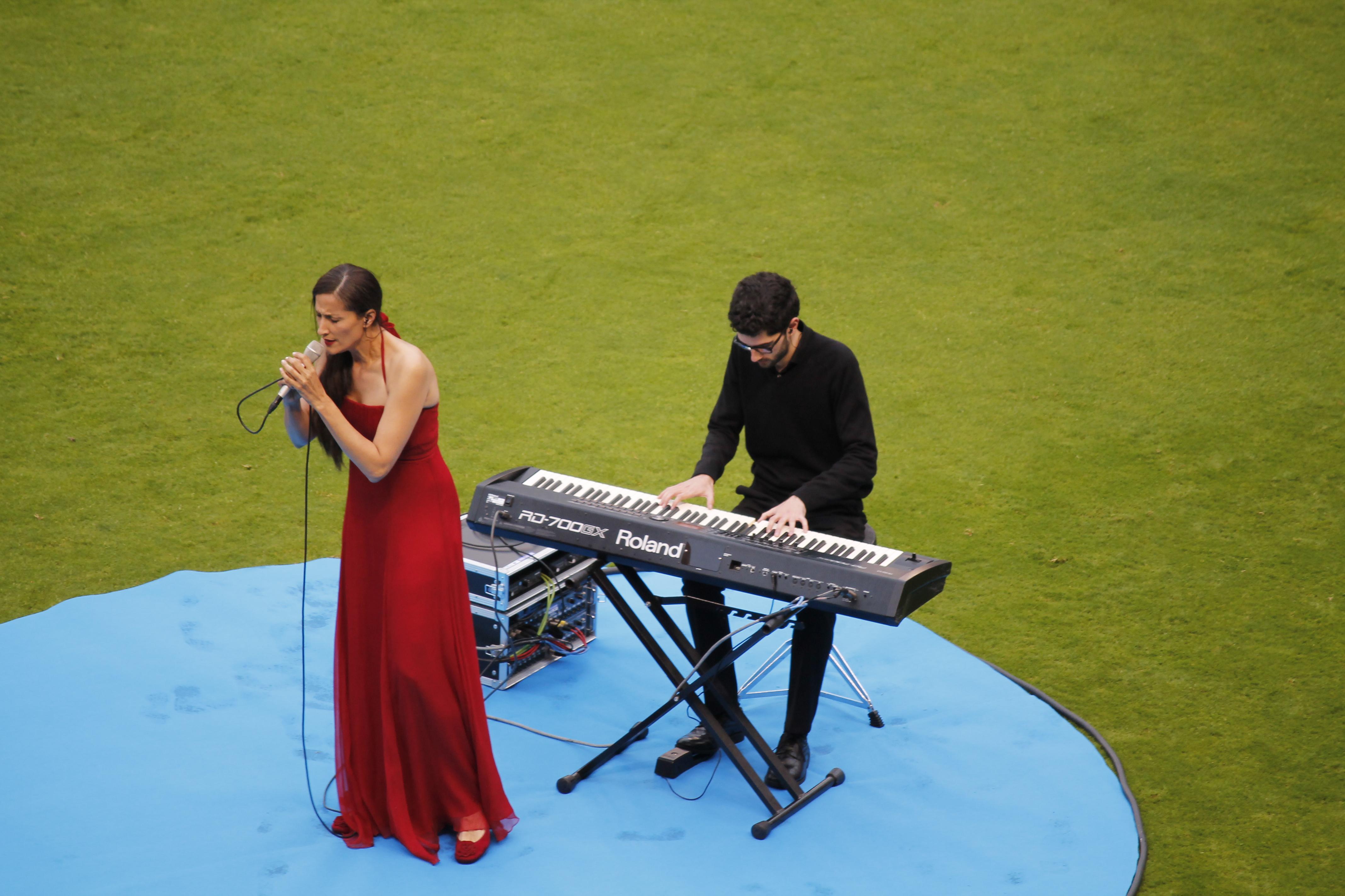 A cantante Rosa Cedrón foi a encargada de interpretar os himnos | ©Compostimes
